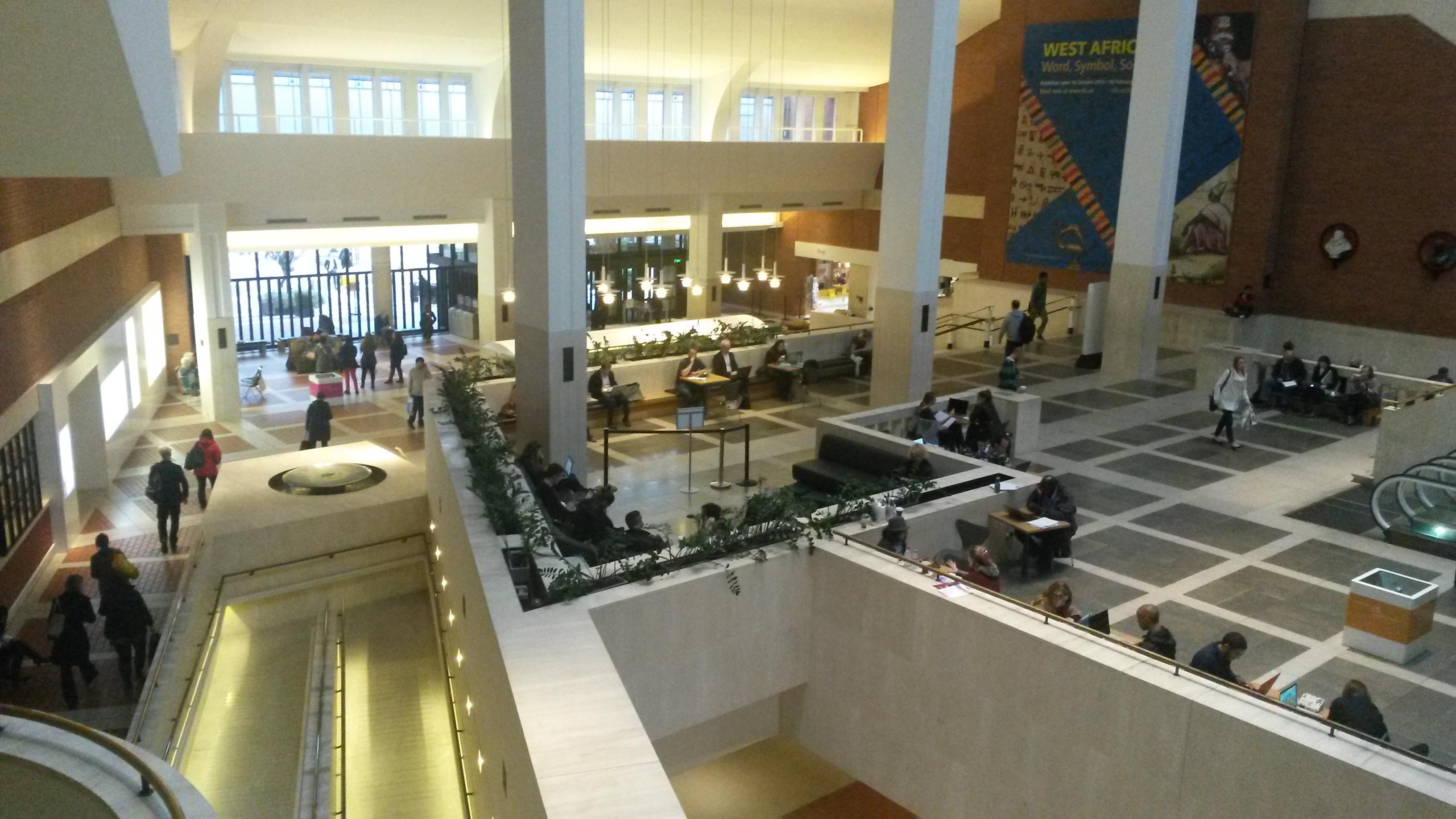 Eingangshalle der British Library. Nur die Q-Thek fehlt.
