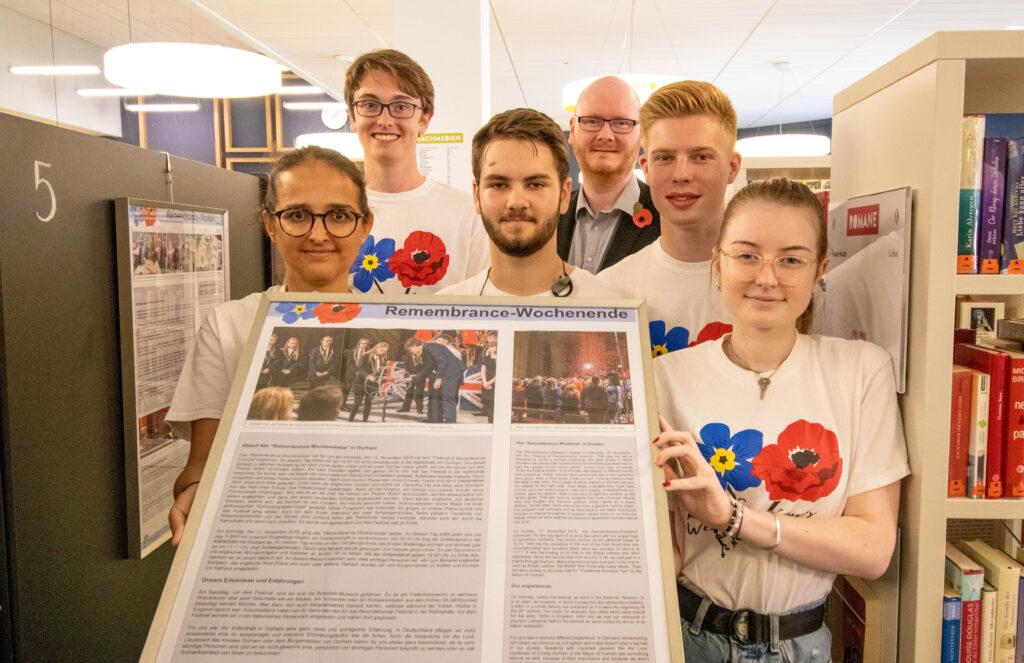 """Mitglieder des Projektkurses des GFG präsenteiren eine Schautafel der Ausstellung """"Gemeinsam gegen das Vergessen"""""""